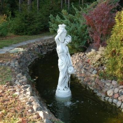 Kétkorsós nő nagy kerti szobor