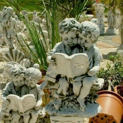 Olvasó gyerekek kerti szobor