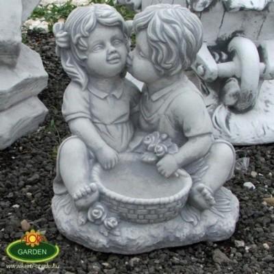 Gyerekek virágtállal szobor