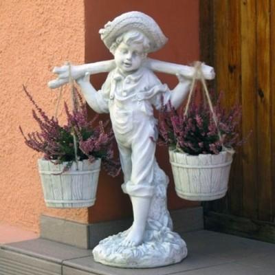 Kerti szobor vízhordó fiú