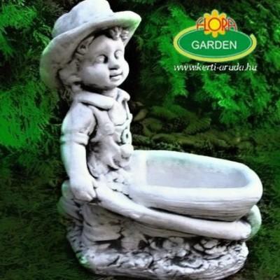 Kisfiú talicskával kerti...