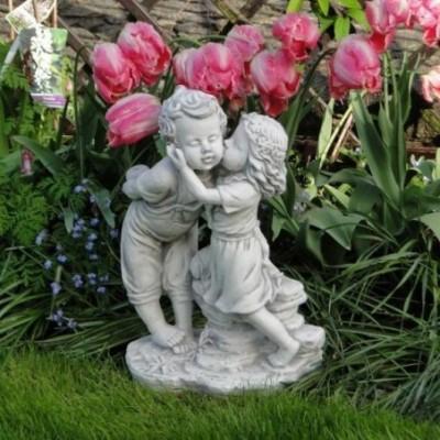 Kerti szobor puszilkodó...