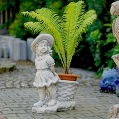 Virágkosarat húzó lány szobor