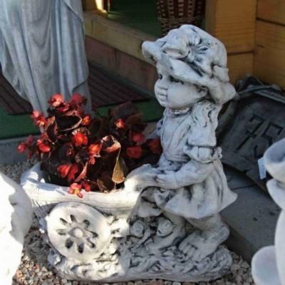 Kislány talicskával kerti...