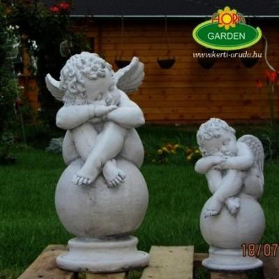 Angyalka szobor gömbön nagy