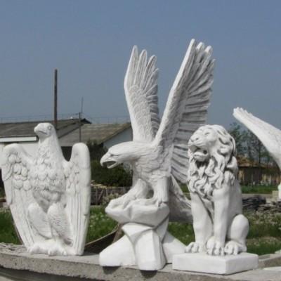 Sas szobor hegyes szárnyal