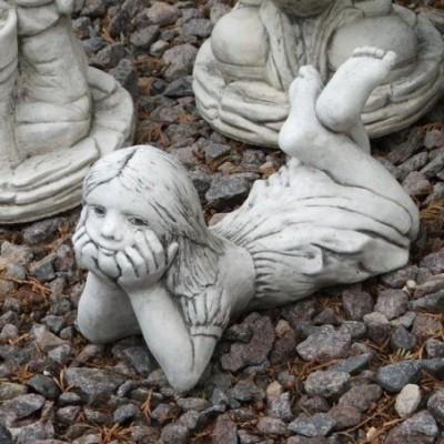 Fekvő kislány kis kerti szobor