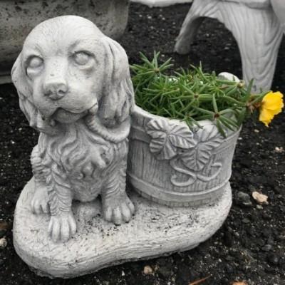 Kis kutya szobor virágtartóval