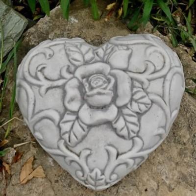 Sírdíszek kőből szív