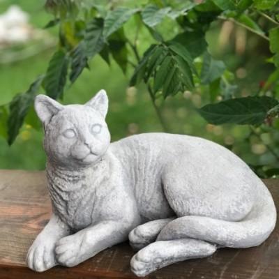 Fekvő macska szobor