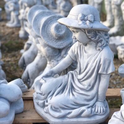 Kalapos lány kerti szobor