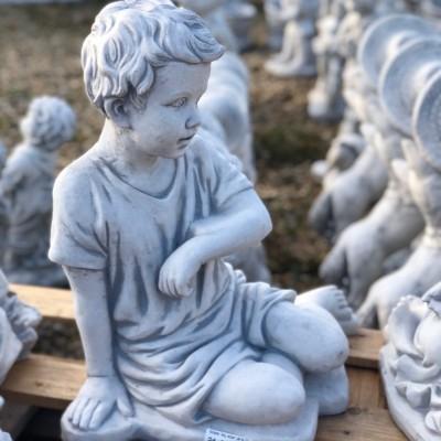 Kalapos lány szobor párja fiú
