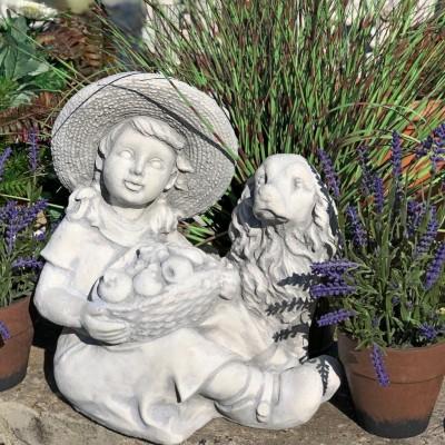 Lány spániellel kerti szobor