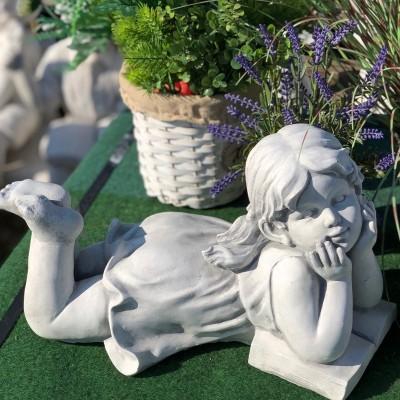 Ábrándozó lány kerti szobor