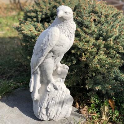 Kerti sas szobor