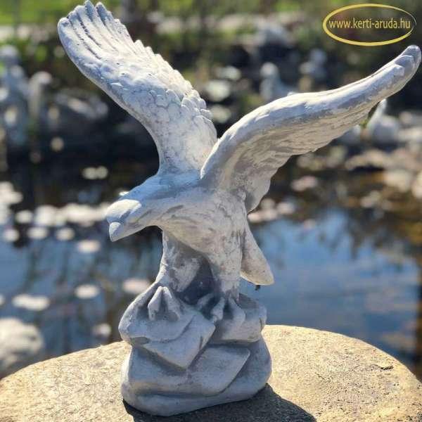 Széttárt szárnyal sas szobor